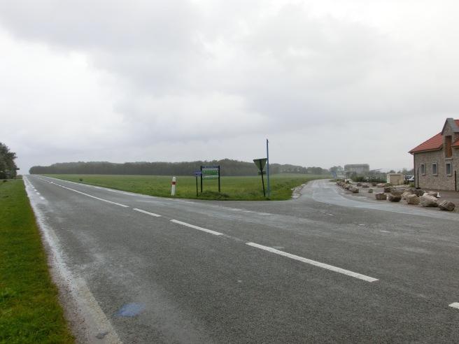 Intersection entre la route principale et le chemin menant au musée et au camping.